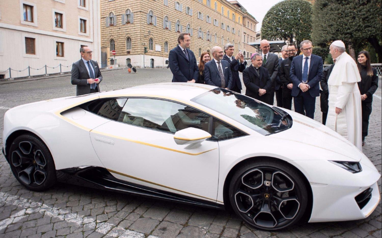 Papa Francisco recibió un Lamborghini con detalles de oro en el Vaticano