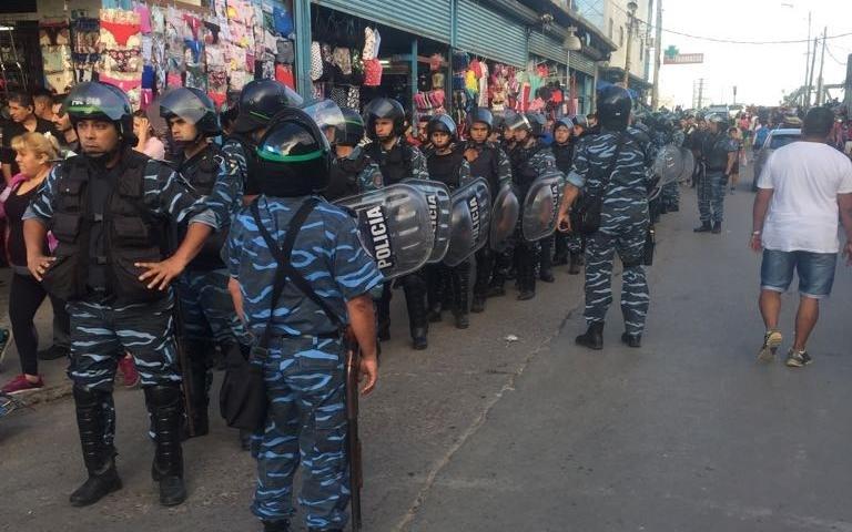 Megaoperativo policial en La Salada para secuestrar toneladas de ropa falsa