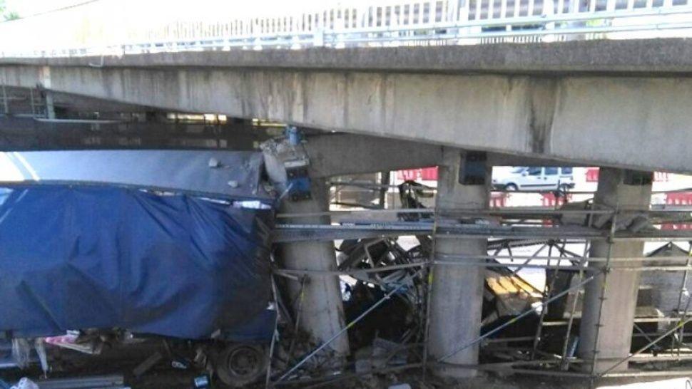 Camión se incrustó contra un puente: dos muertos