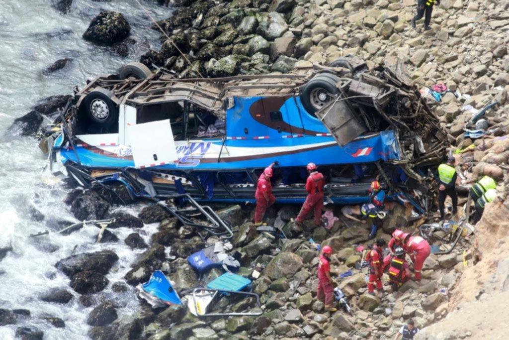 Un micro cayó a un abismo en Perú tras chocar con un camión y dejó 36 muertos