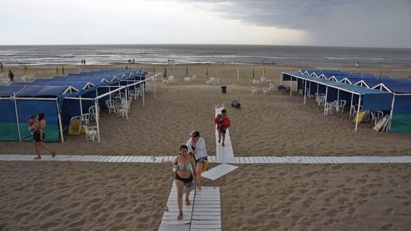 Una intensa tormenta sacó a los turistas de la playa en la Costa