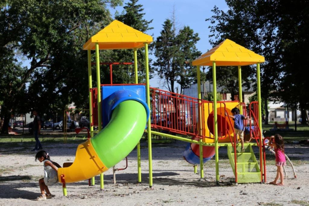 Los Juegos Infantiles De Muchas Plazas Piden Auxilio Y Ya Salen A