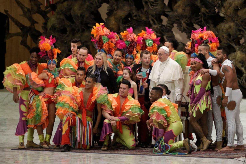 Papa Francisco hace malabares con un balón