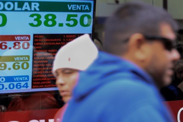 Mercados en calma: el dólar volvió a caer, la Bolsa subió y hubo una baja del riesgo país