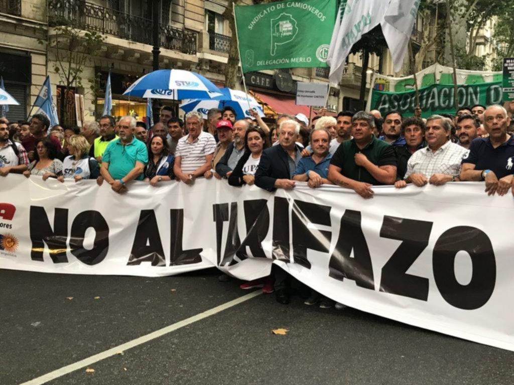 Protesta contra el aumento en los servicios de gremios y partidos políticos