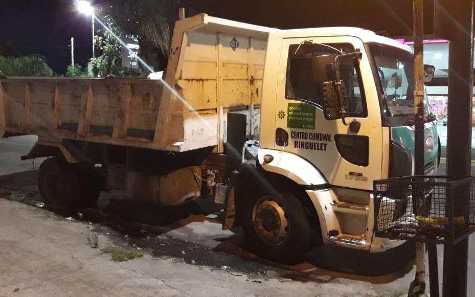 Hartos de un camión abandonado con basura en Ringuelet