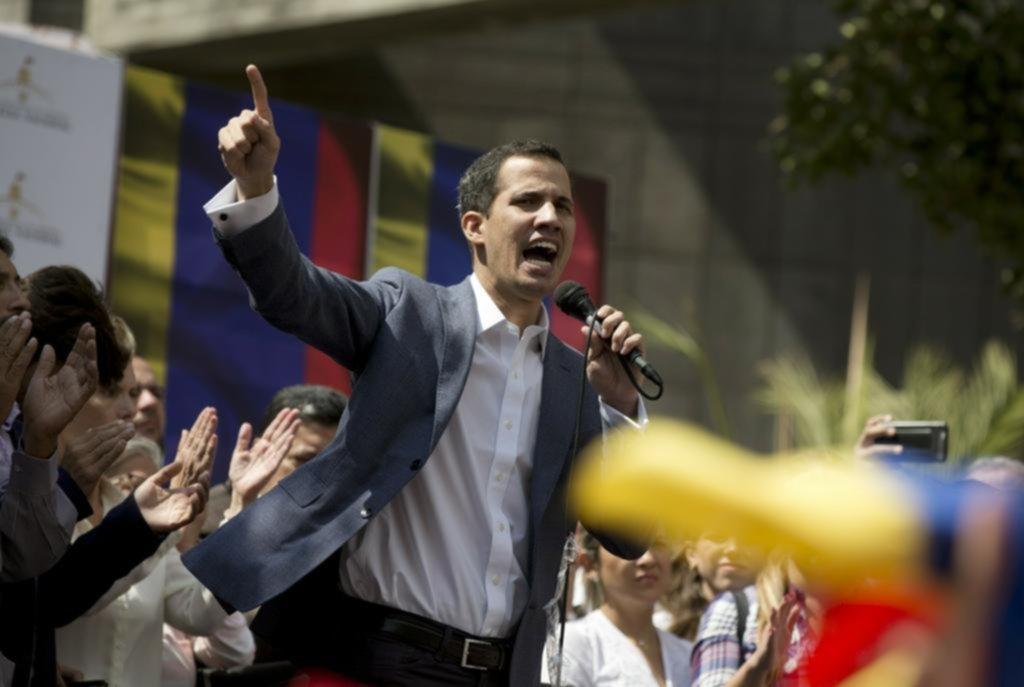 El presidente del Parlamento desafía a Maduro y busca asumir el Gobierno