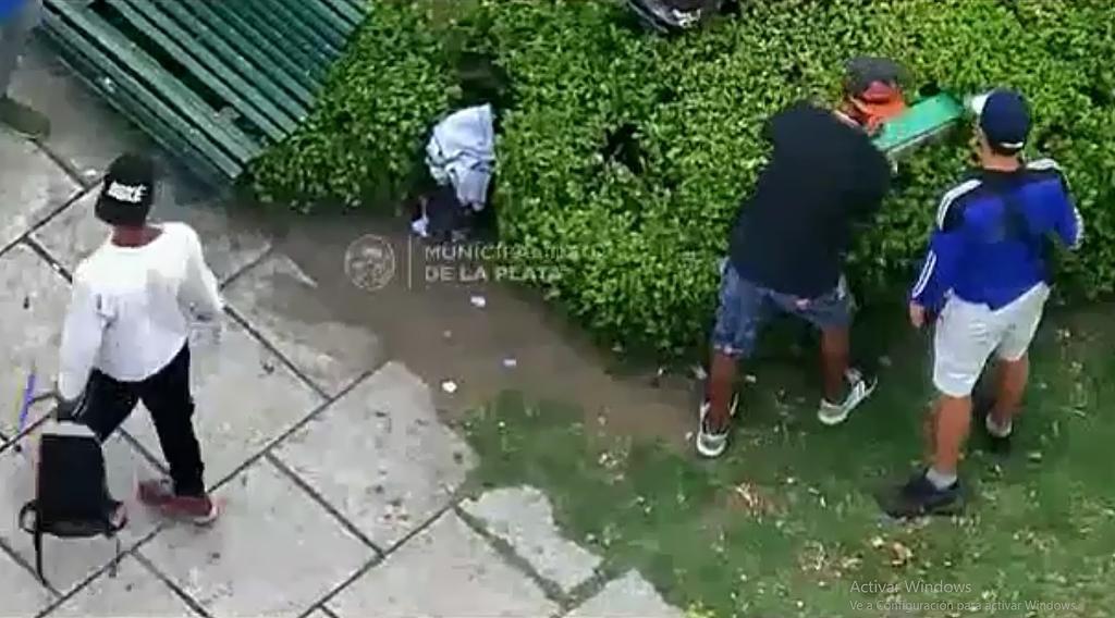Quisieron esconder una registradora en 12 y 51: los delataron las cámaras