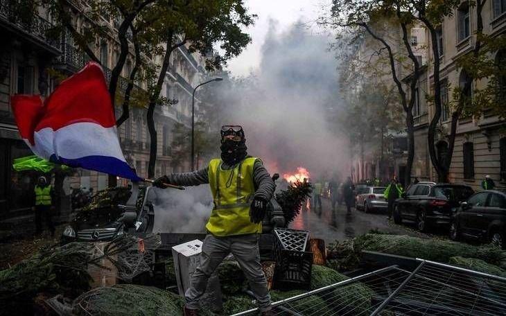 """Estallan disturbios en la novena protesta de los """"chalecos amarillos"""" en París"""