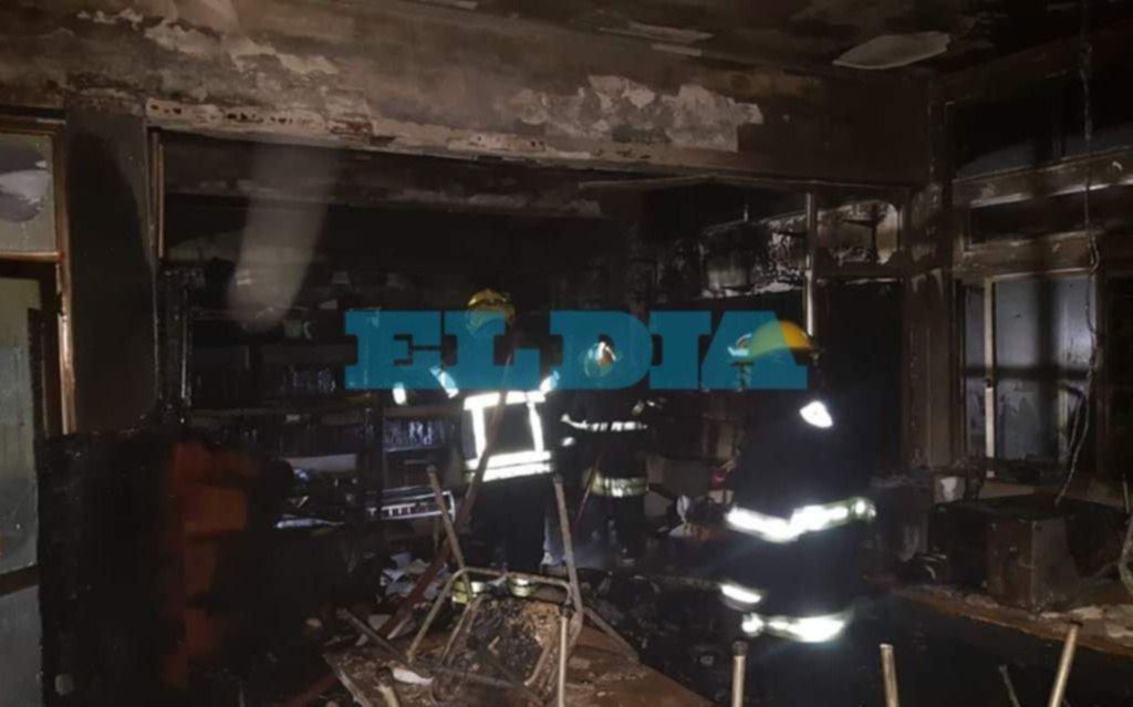 Un incendio destruyó una parte de la biblioteca de la Media Nº 1 de Berisso
