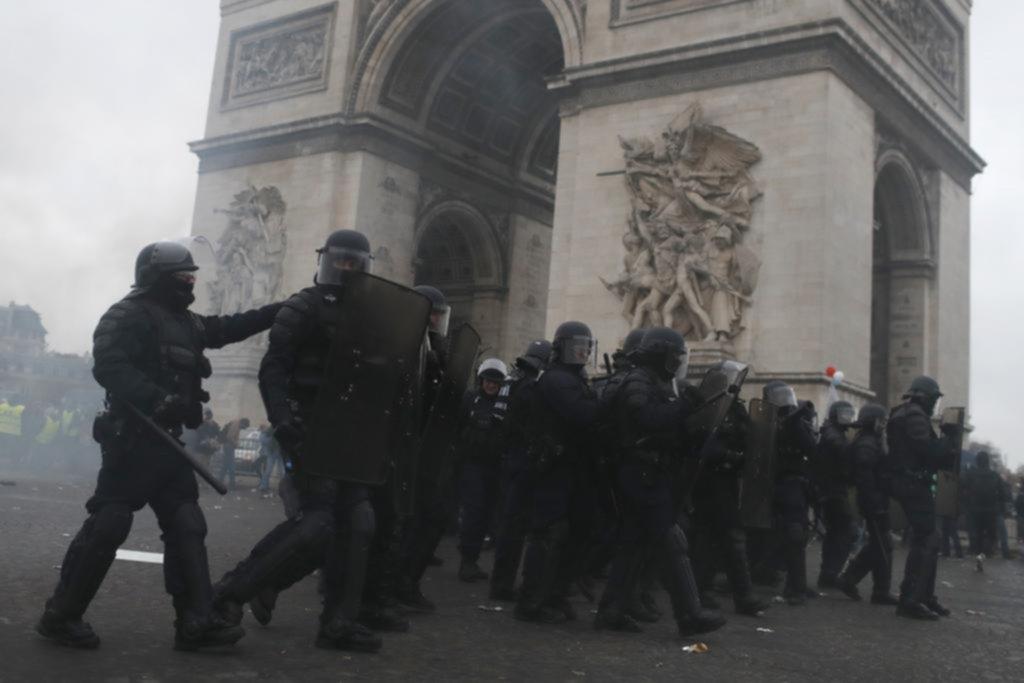 Los chalecos amarillos y una explosión conmovieron a París