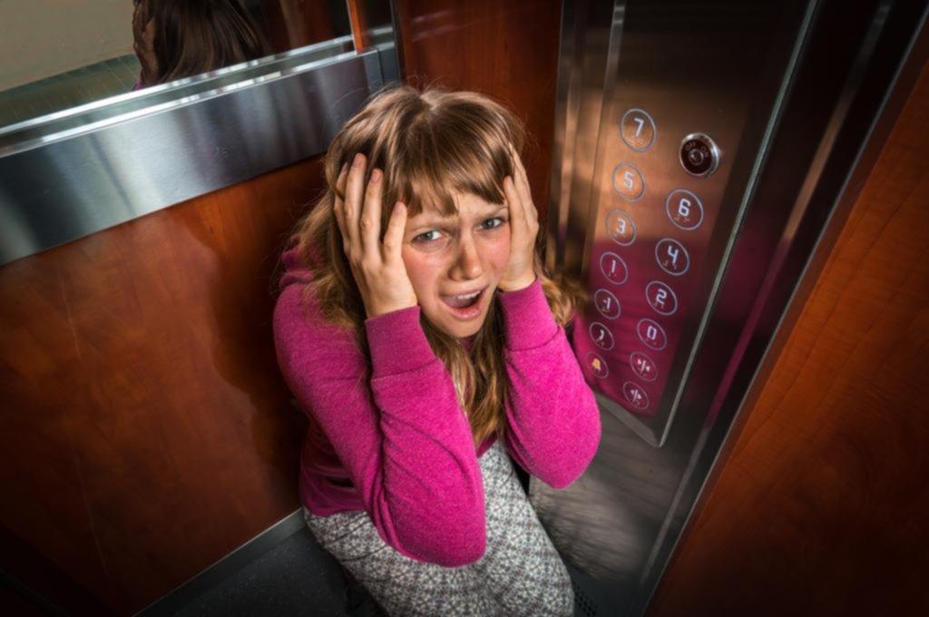 Lanzan una guía para combatir el miedo al encierro en el ascensor, la claustrofobia