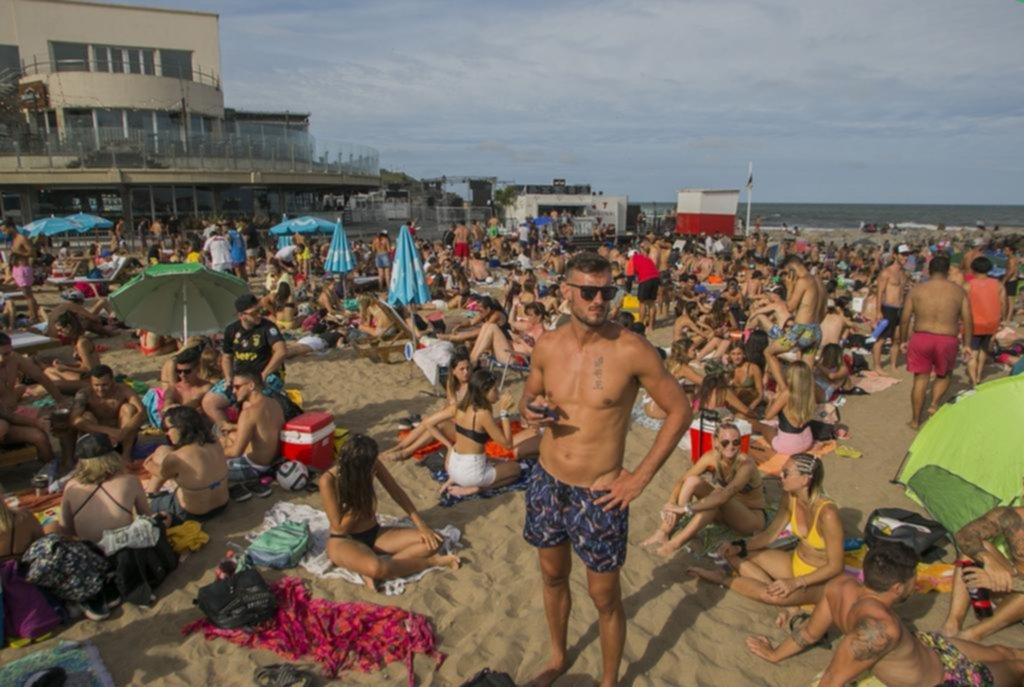 Después del mediodía y hasta el amanecer, los jóvenes son locales en Playa Grande