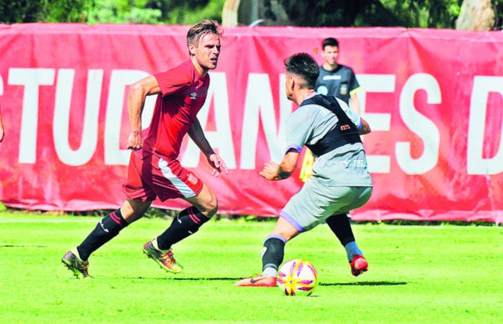 Estudiantes venció a Sacachispas y varios jugadores piden pista