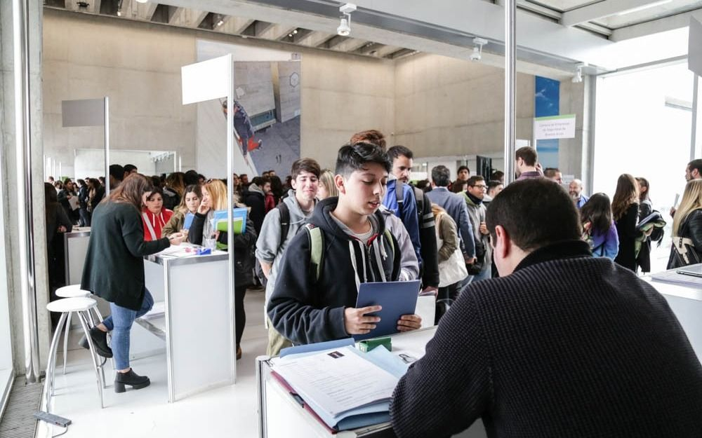 """Destacan que 2200 jóvenes y adultos consiguieron empleo mediante la """"Feria Conectemos Trabajo"""""""