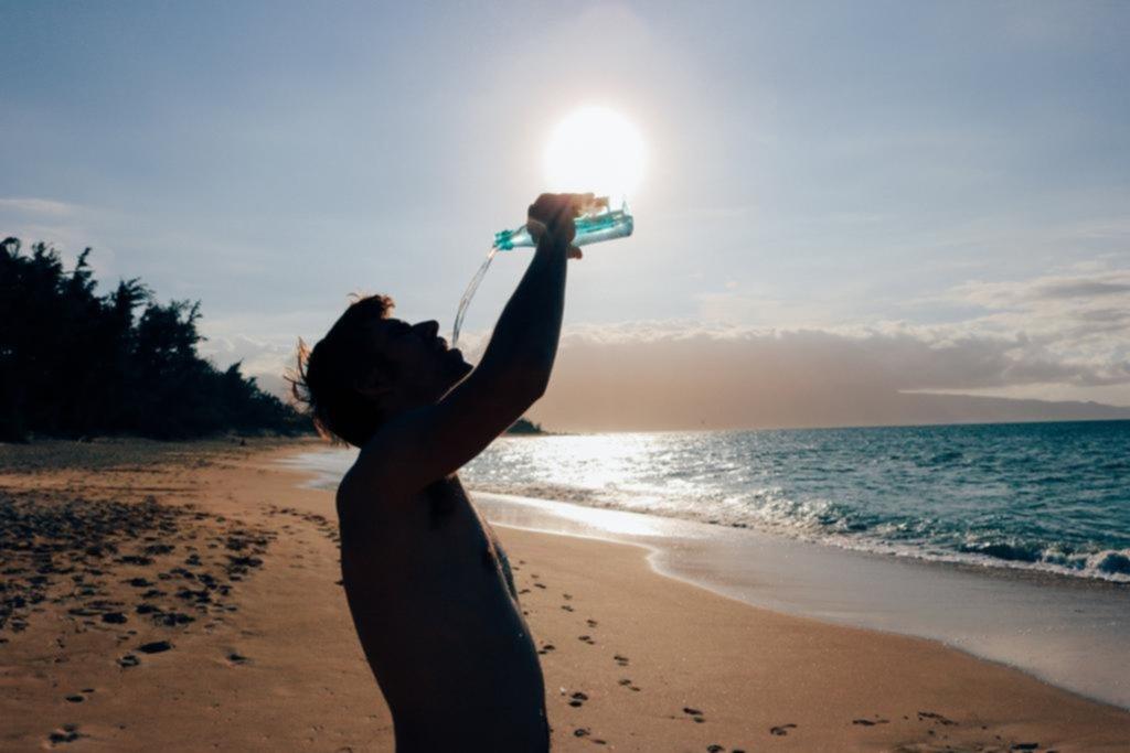 Beber agua de mar: una tendencia polémica que llegó a la Ciudad