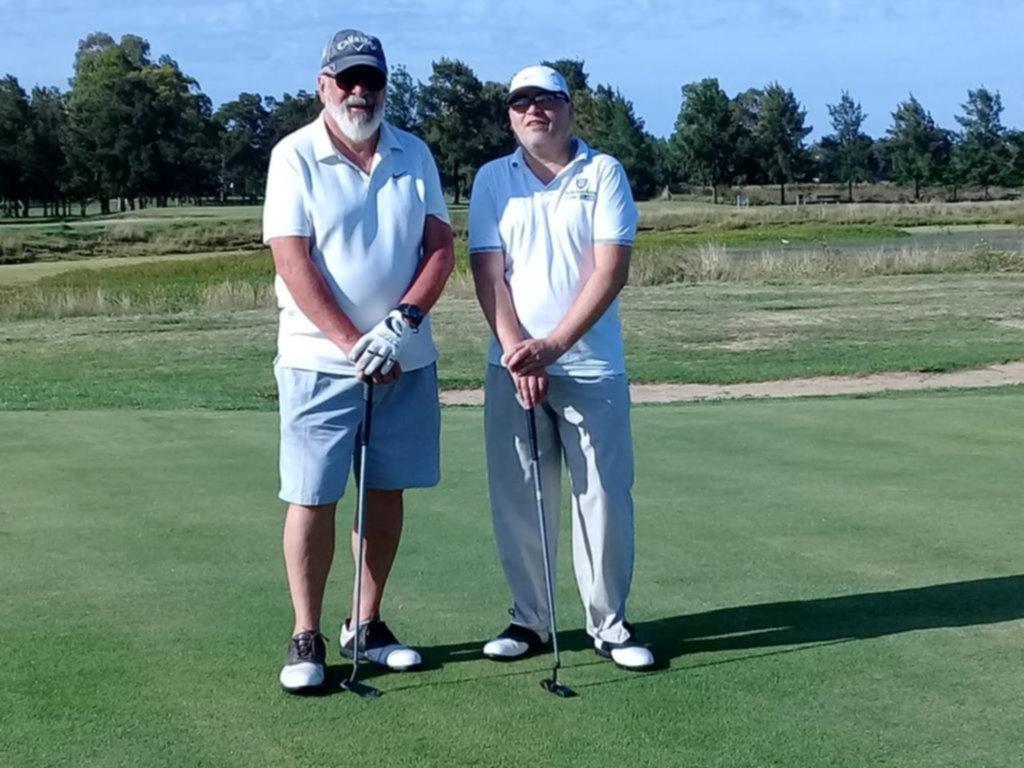 El golf no se toma vacaciones y los jugadores desafían al calor con su pasión