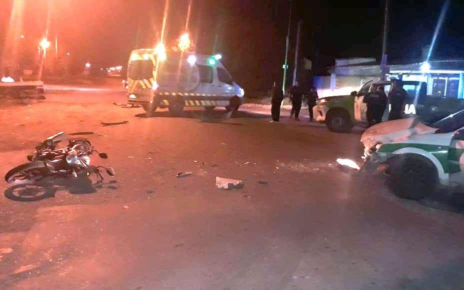 Dos motociclistas murieron en Melchor Romero tras chocar contra un taxi