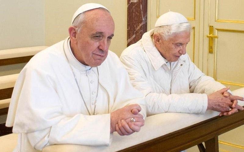 El celibato divide a Francisco y Benedicto XVI: cruce por la ordenación de hombres casados