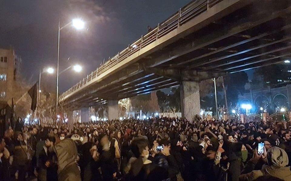 Irán enfrenta protestas al interior mientras se reúne con aliados para expulsar a EE.UU de la región