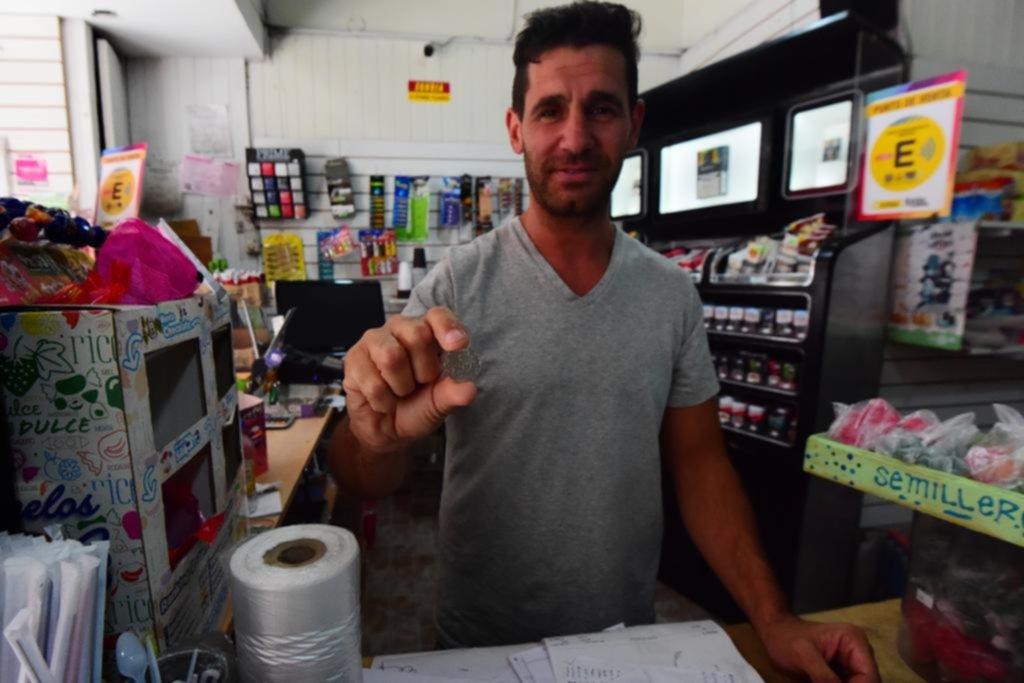 Se complican las compras chicas y pagos de viajes por la falta de monedas de 5 pesos