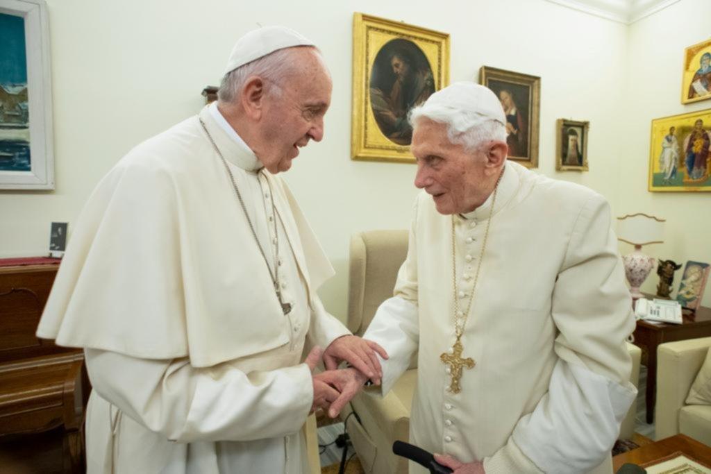"""Francisco y Benedicto, la difícil convivencia de """"los dos papas"""""""