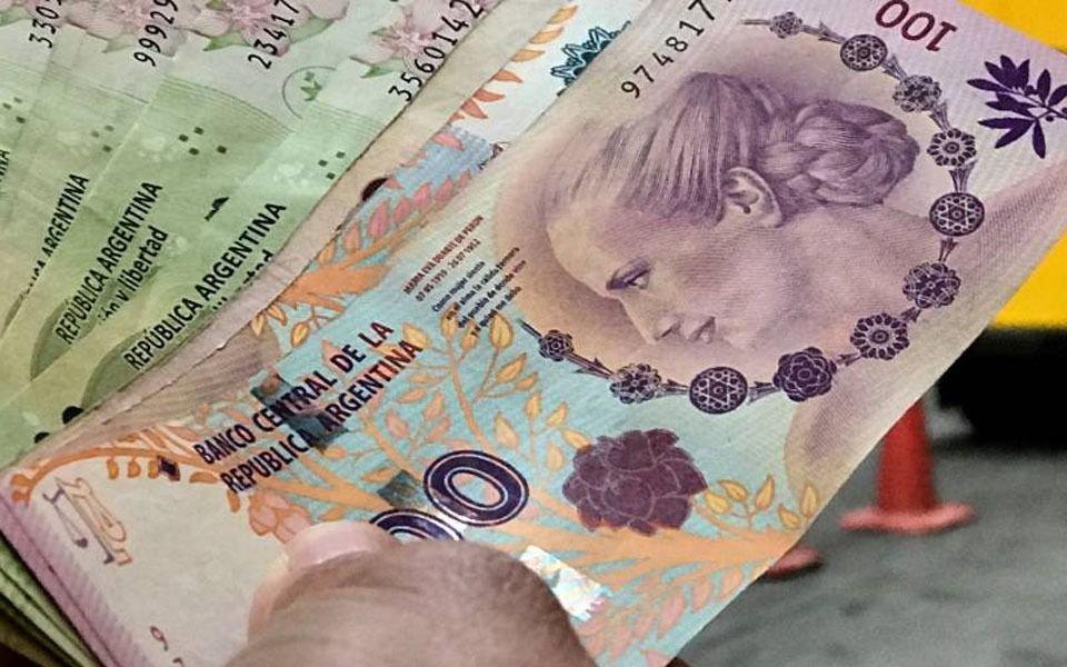 Califican al peso argentino como la moneda más débil del mundo con dólar a $100 para este año