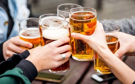 """Polémica publicidad de una cerveza: advierten sobre el """"exponencial"""" crecimiento del consumo en Argentina"""