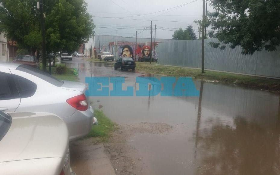 Calle intransible en Los Hornos: con pozos e inundada