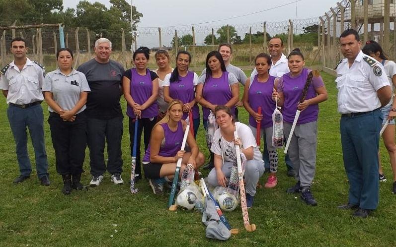 Internos de una cárcel de La Plata elaboraron palos de hockey y los donaron a tres penales femeninos