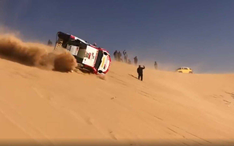 Alarma en el Dakar: espectacular accidente de Alonso, el ex campeón de F1