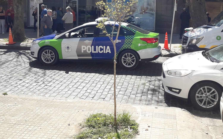 Madrugada de terror en La Plata: le gatillaron cinco veces para robarle y la bala no salió