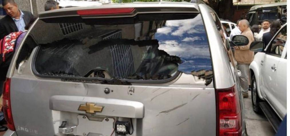 Milicias chavistas atacaron a tiros la camioneta de Guaidó