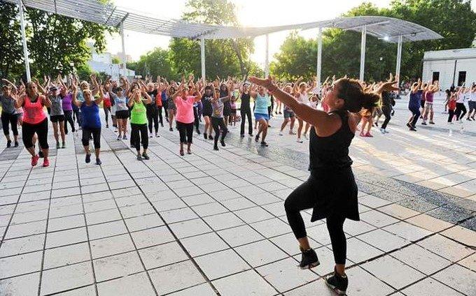 Continúan las propuestas al aire libre en la Región: clases de yoga, gimnasia y zumba