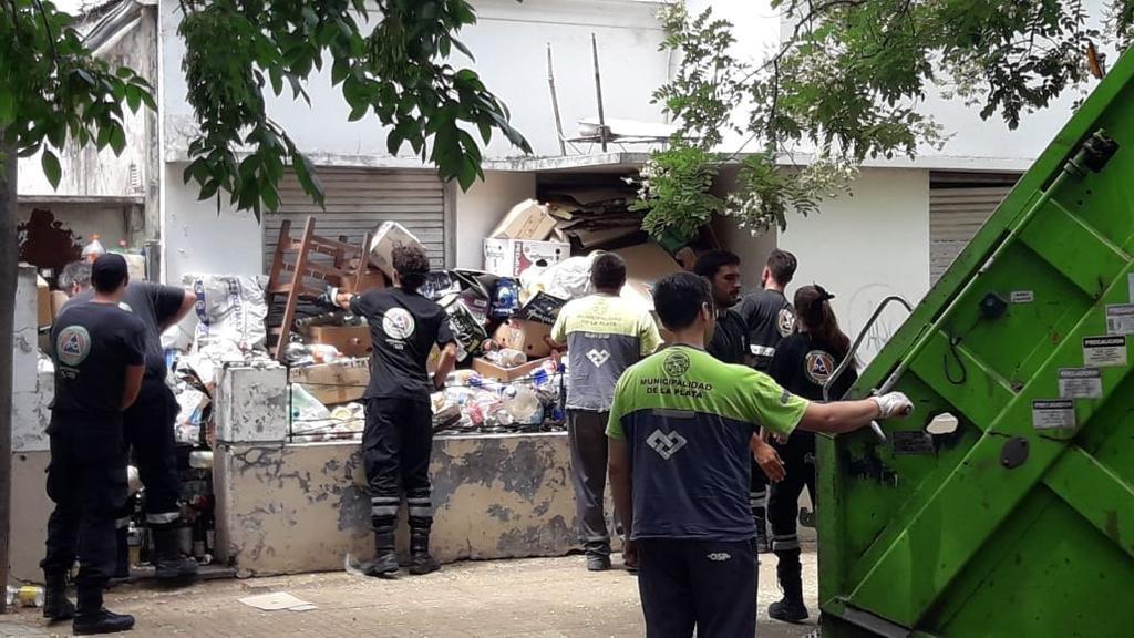 """Tras varias denuncias vecinales, limpiaron la casa de un """"acumulador"""""""
