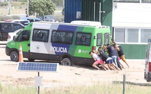 """Insólita postal: los """"extras"""" de la rueda de reconocimiento tuvieron que empujar una camioneta de la Policía"""