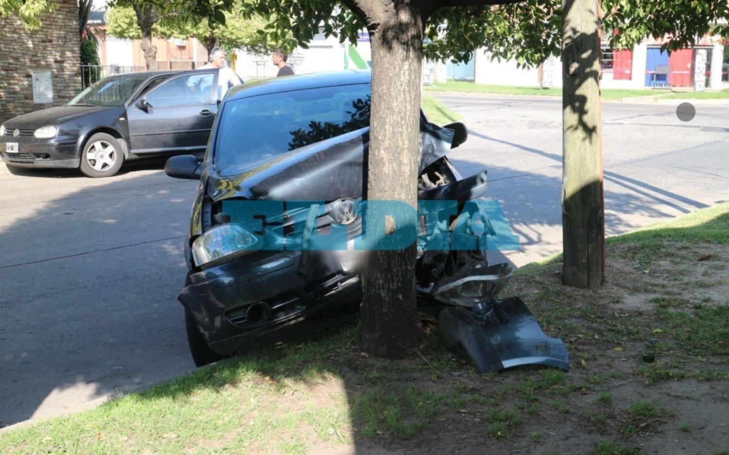 Un auto se estrelló contra un árbol a metros de la 520