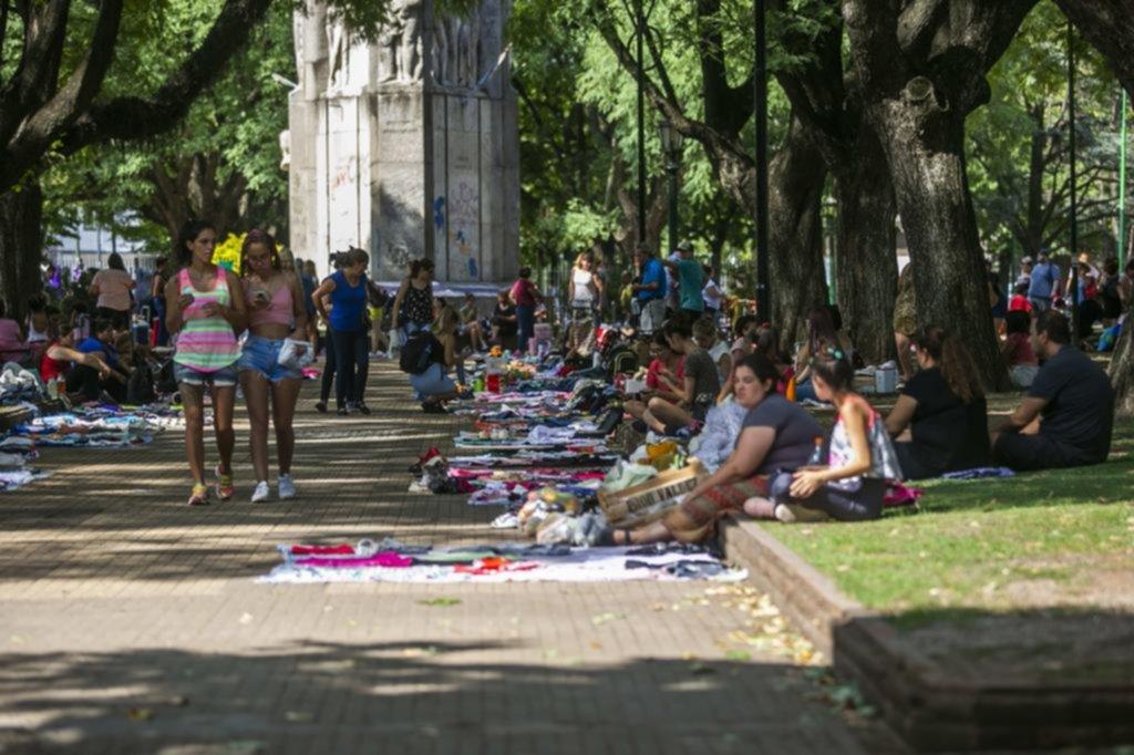 Con cada vez más puestos, las ferias de ropa usada copan las plazas Italia y Rocha