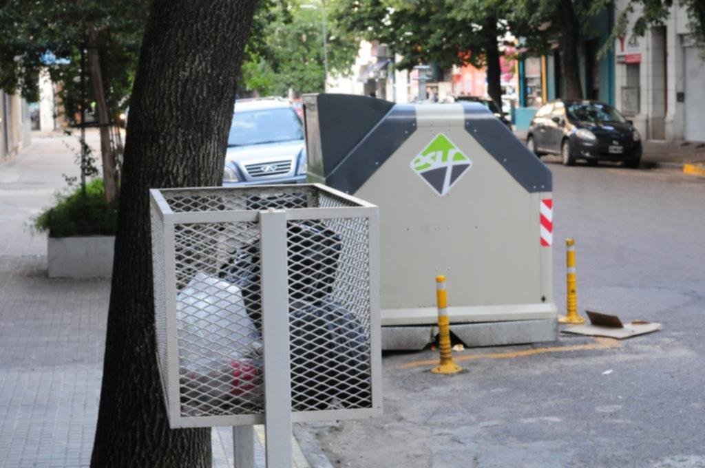 Muchos no se acostumbran a los contenedores al tirar la basura