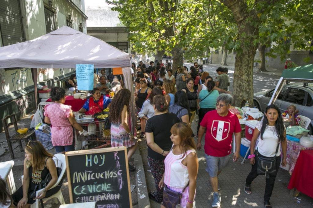 Entre música y comidas típicas, los peruanos que residen en la Ciudad fueron a las urnas