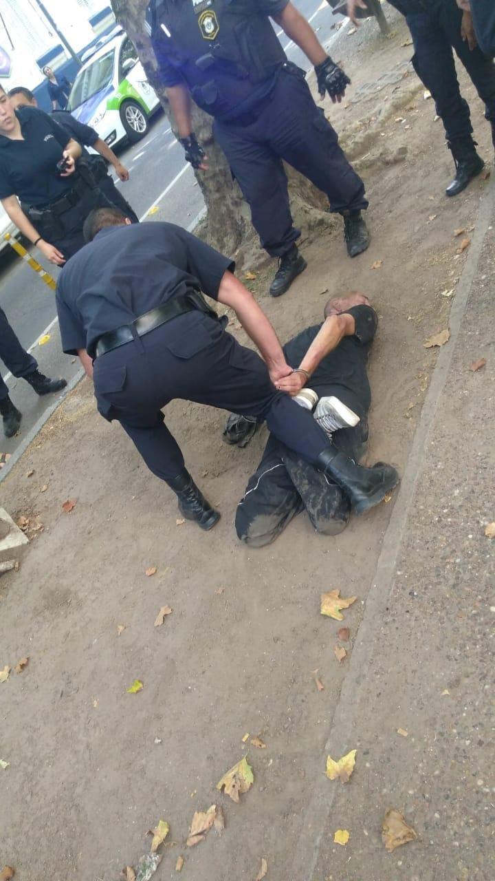 Quiso robarle a una policía, pero corrió en la dirección equivocada