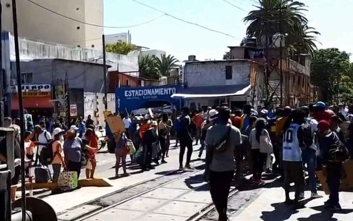 Manteros protestan en el barrio porteño de Flores en rechazo a los operativos contra la venta ilegal