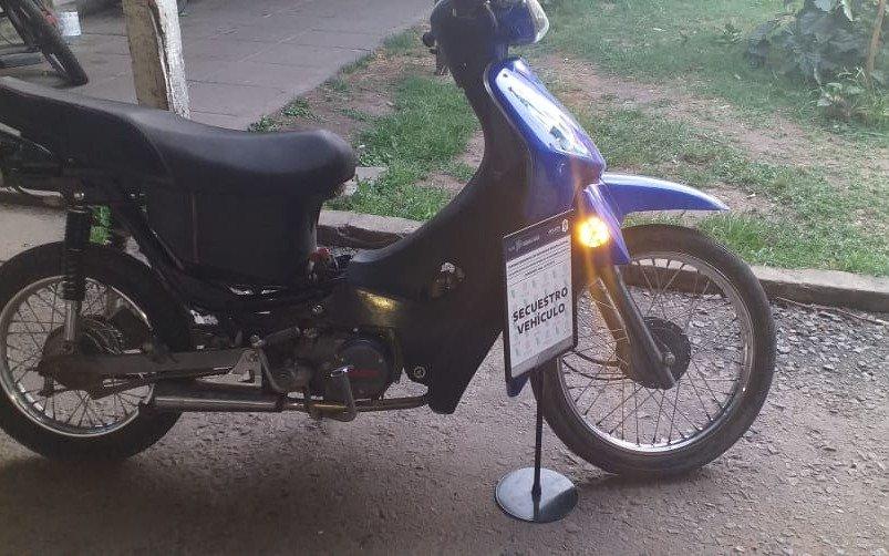 En una moto robada, una pareja intentó eludir un control anti motochorros