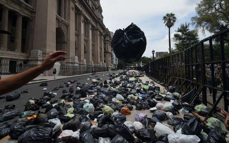 Llenaron de bolsas de basura Tribunales para pedir por Milagro Sala