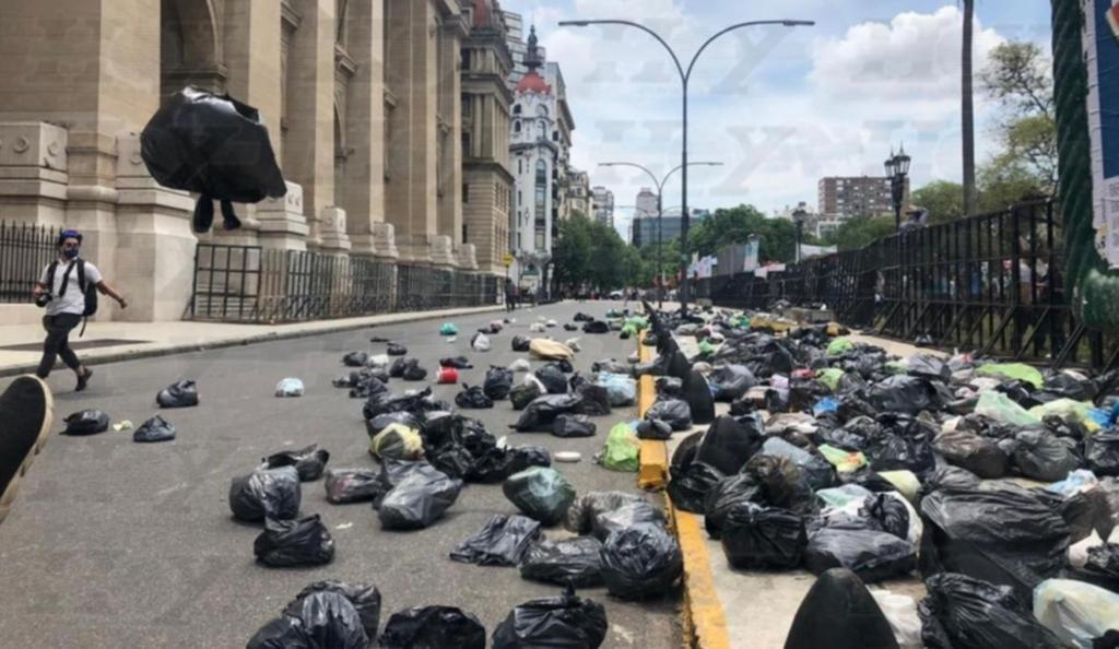 Pidieron la libertad de Milagro Sala y llenaron de basura el edificio de la Corte Suprema