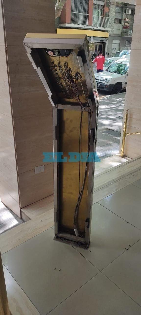 Denuncian reiterados robos de barandas y porteros eléctricos de bronce en edificios del Centro