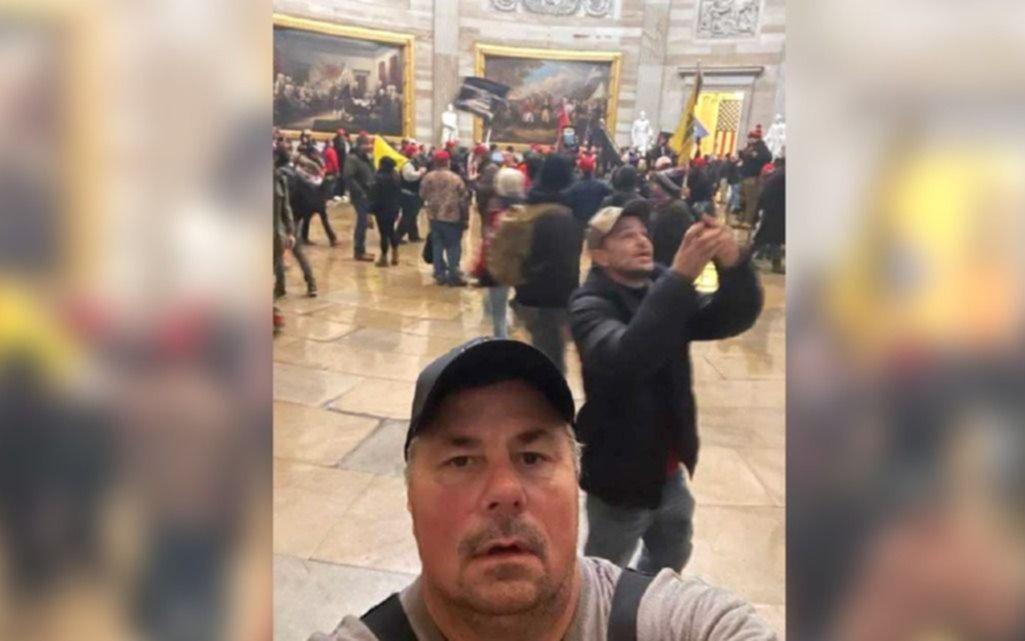 ¡Un estúpido! Participó del asalto al Capitolio y le mandó una selfie al ex cuñado