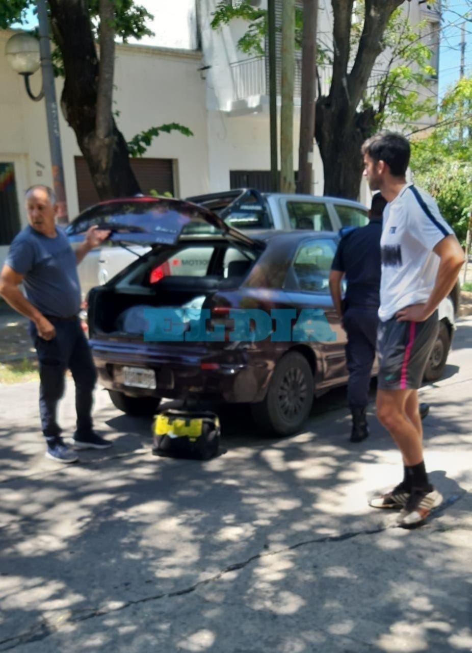"""En un confuso episodio, un auto """"sin conductor"""" chocó contra una camioneta en La Loma"""