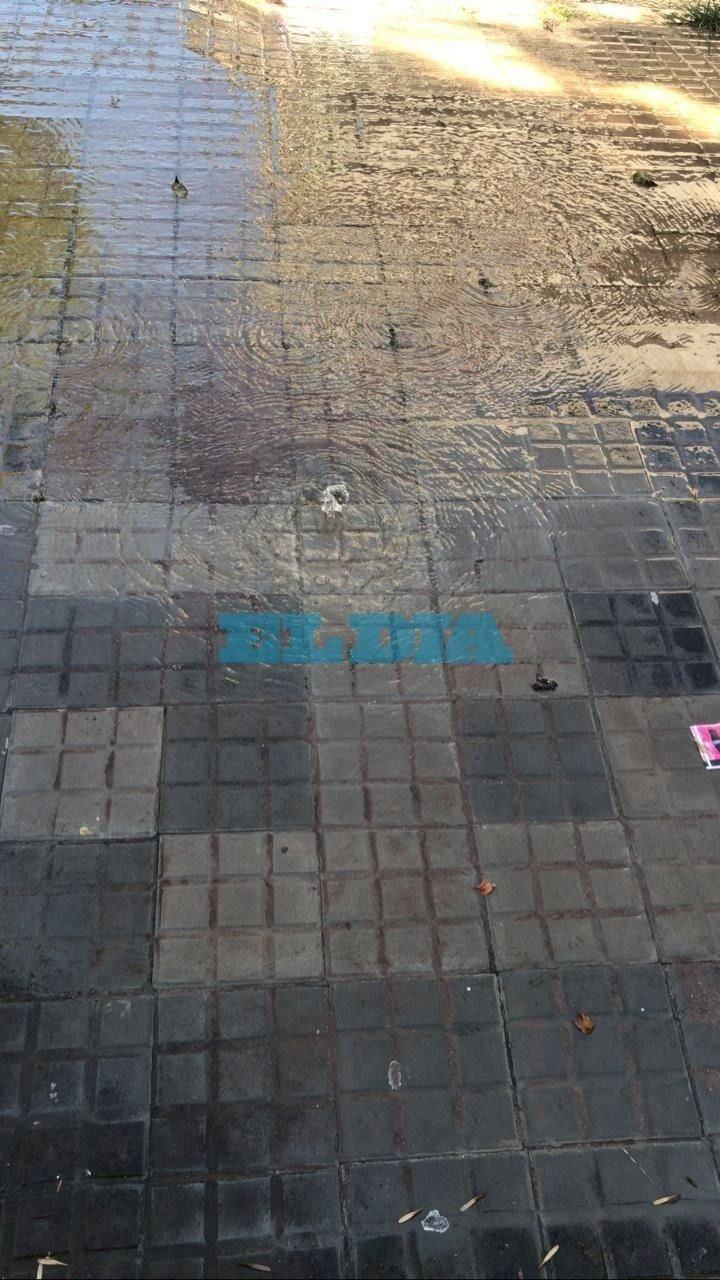 Una pérdida de agua genera trastornos a vecinos de la zona de 57, entre 20 y 21