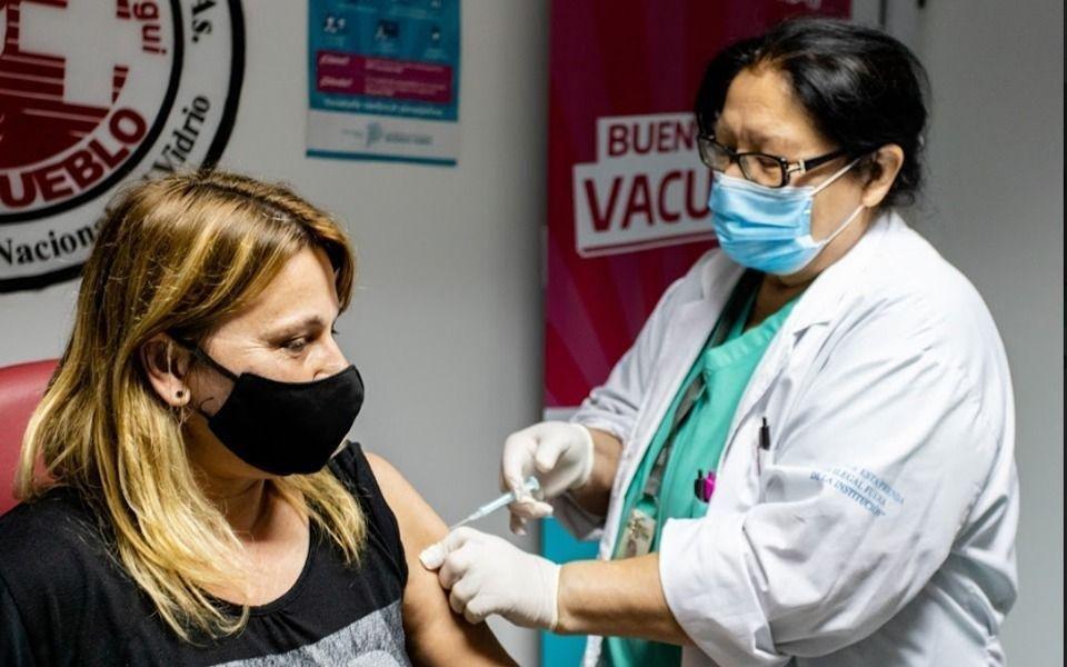 Vacunan a docentes de grupos de riesgo la semana próxima y en febrero a mayores de 60